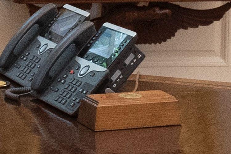 Kotak tombol diet coke Trump di meja Oval Office. [@tnewtondunn/Twitter]