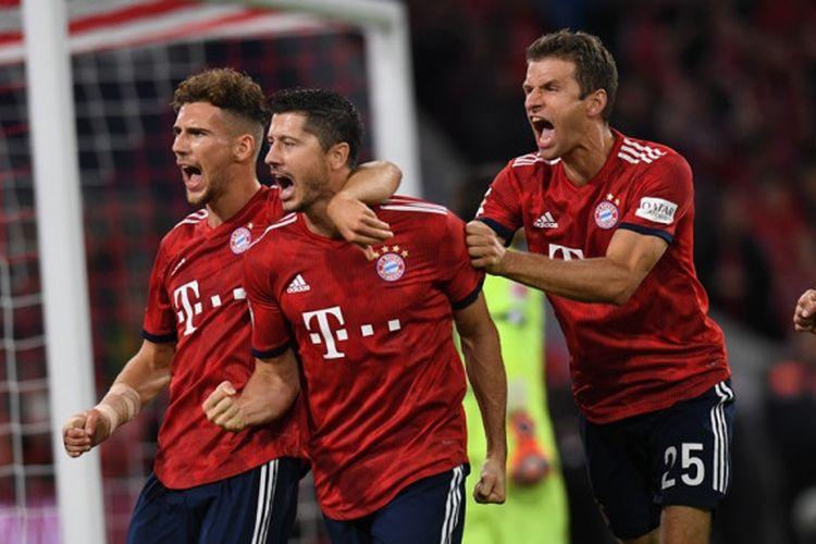 Penyerang Bayern Muenchen, Robert Lewandowski (tengah), merayakan golnya bersama Leon Goretzka (kiri) dan Thomas Mueller dalam laga Liga Jerman kontra Hoffenheim di Stadion Allianz Arena, Muenchen pada 24 Agustus 2018.