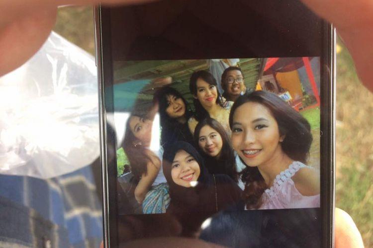 Italia Chandra Kirana Putri (22), belakang tengah, saat berfoto bersama teman-temannya beberapa pekan lalu. Italia atau Ita menjadi korban penembakan pelaku curanmor di rumahnya di Tangerang, Senin (12/6/2017) kemarin. Foto ini diperoleh dari teman-temannya yang menghadiri pemakaman Ita di TPU Selapajang, Selasa.