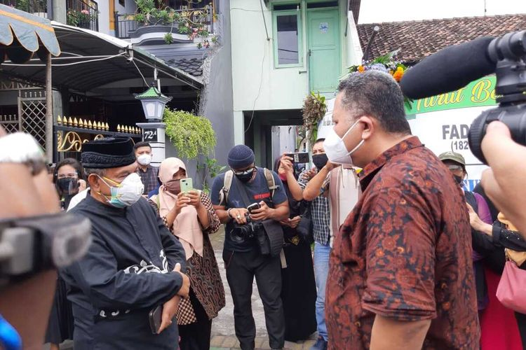 Plt wali kota Surabaya Whisnu Sakti Buana datang ke rumah duka korban kecelakaan Sriwijaya Air, Fadly Satrianto, Jumat (15/1/2021).