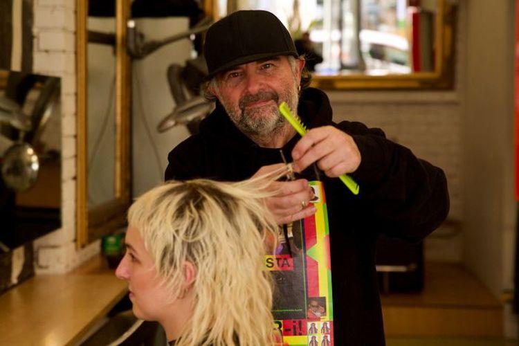 Pemilik salon Fur Hairdressing di Melbourne Frank Valvo mengatakan dia sudah mengubah aturan bagaimana menerima pelanggan yang datang ke salonnya.