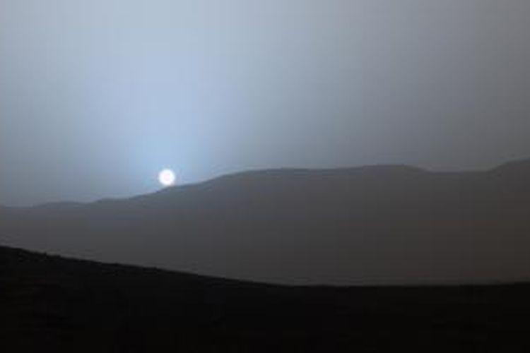 Senja biru di planet Mars diabadikan oleh wahana antariksa Curiosity pada 15 April 2015. NASA merilis citra itu pada Jumat (8/5/2015).
