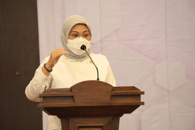 Menteri Ketenagakerjaan (Menaker) Ida Fauziyah memberi sambutan dalam acara penandatanganan nota kesepahaman (MoU) antara Direktorat Jenderal (Ditjen) Pembinaan Penempatan Tenaga Kerja dan Perluasan Kesempatan Kerja (Binapenta & PKK) Kemnaker dengan LKKNU di Ruang Tri Dharma, Kemnaker, Jakarta, Senin (10/5/2021).