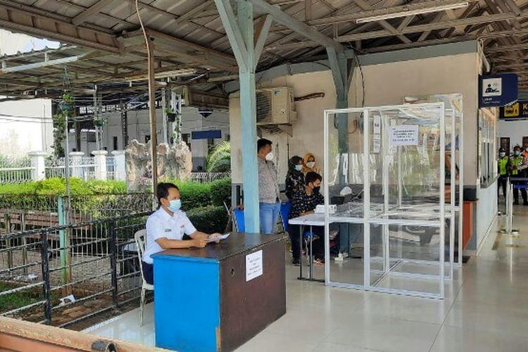PT KAI menyediakan layanan tes GeNose C-19 bagi calon penumpang Kereta Api Jarak Jauh (KAJJ) di Stasiun Cikampek mulai Jumat (21/5/2021).