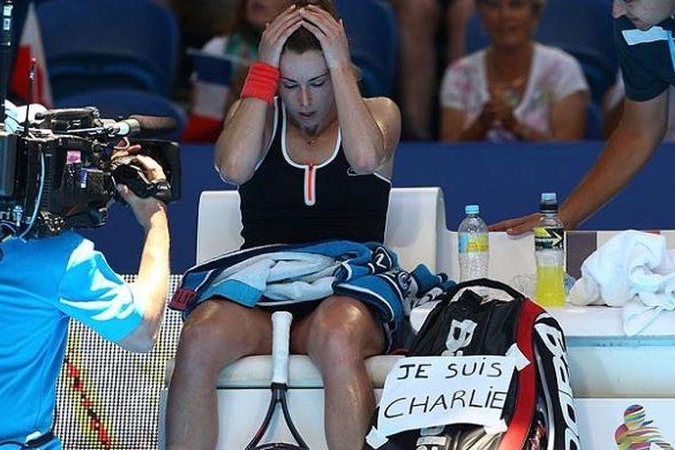 Alize Cornet dan tulisan Je Suis Charlie