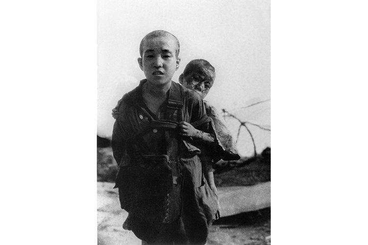 Foto diambil pada 10 Agustus 1945 di Hiroshima, menunjukkan dua bersaudara yang selamat dari insiden bom atom di kota tersebut. Pada 73 tahun lalu, Agustus 1945, AS menjatuhkan bom Little Boy di Kota Hiroshima, Jepang, sebagai tahap akhir PD II yang menewaskan lebih dari 120.000 orang. Setelah Hiroshima, Kota Nagasaki menjadi sasaran berikutnya.