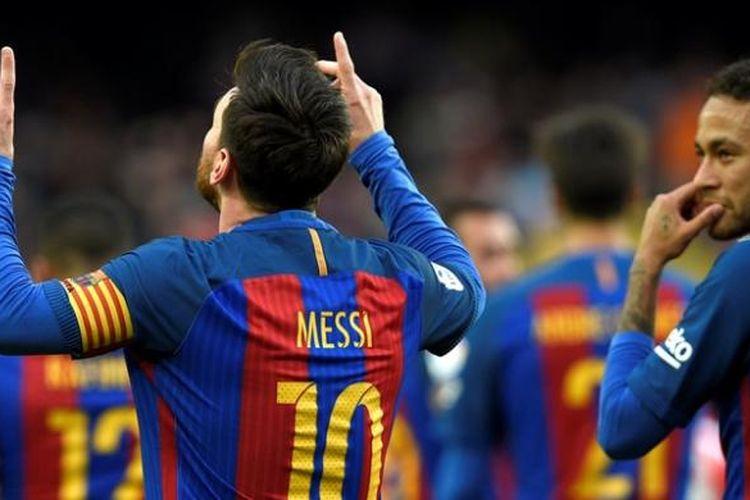 Striker Barcelona, Lionel Messi (tengah), melakukan selebrasi di samping rekan setimnya, Neymar (kanan), usai mencetak gol ke gawang Athletic Bilbao dalam pertandingan La Liga di Camp Nou, Barcelona, Sabtu (4/2/2017).