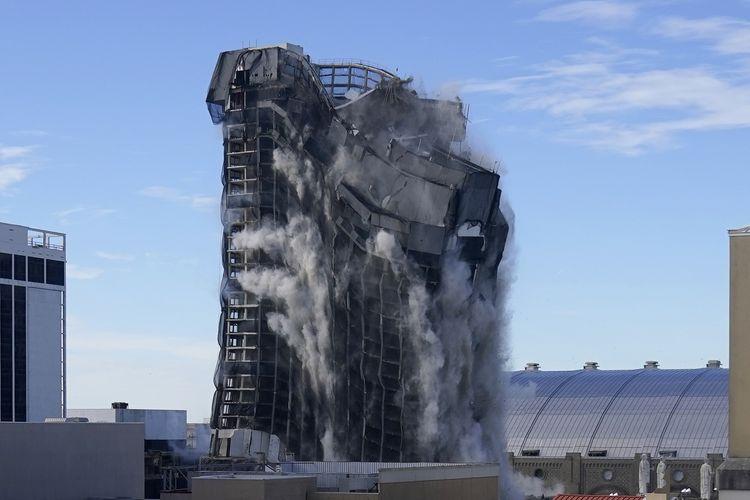 Gedung Trump Plaza and Casino yang diledakkan pada Rabu (17/2/2021) di Atlantic City, New Jersey, Amerika Serikat. Bangunan ini dulunya adalah simbol kejayaan Donald Trump, tetapi bangkrut sejak 2014 dan tak terurus.