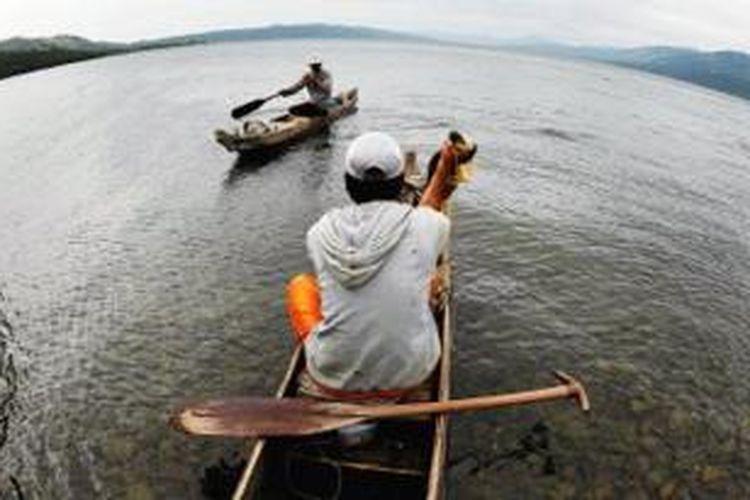 Berkendara Perahu di Danau Singkarak, Sumbar.
