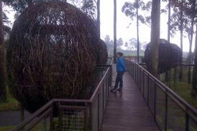 Makan di dalam Sarang Burung, salah satu pengalaman wisata yang disuguhkan Dusun Bambu.