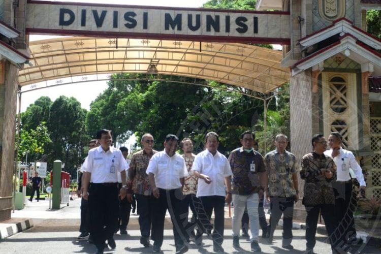 Wakil Menteri Pertahanan Republik Indonesia Sakti Wahyu Trenggono saat berkunjung ke Divisi Munisi milik Pindad di Turen, Malang, Jumat (6/3/2020).