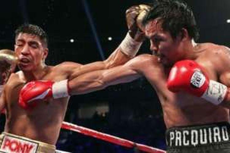 Manny Pacquiao (kiri) terlalu kuat buat Jessie Vargas