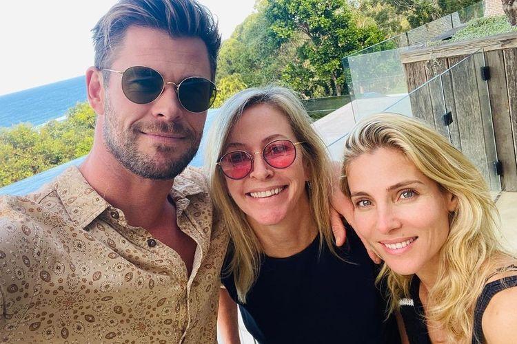 Aktor Chris Hemsworth mengunggah foto bersama ibunya Leonie dan istrinya Elsa Pataky untuk merayakan Hari Ibu.