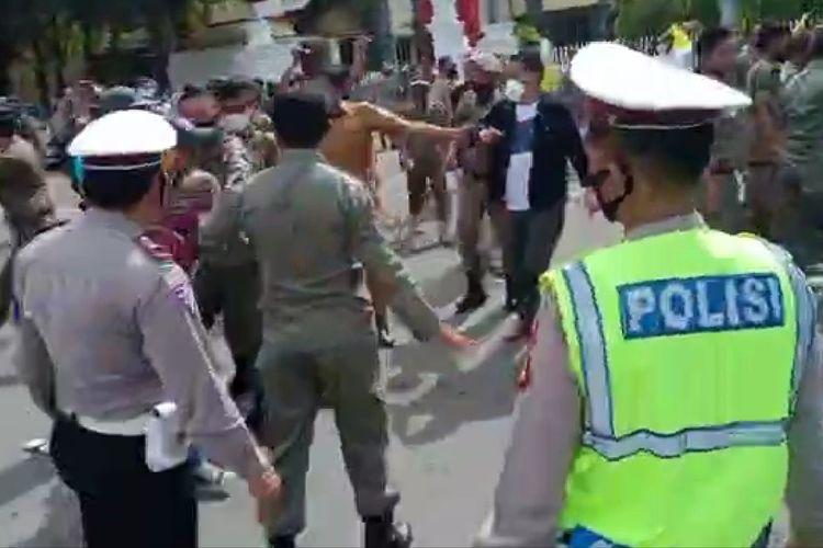 Suasana kericuhan demostran para Kader PMII Bulukumba dengan Anggota Satpol PP di Halaman Kantor Bupati Bulukumba, Sulawesi Selatan.  Senin (14/6/2021).