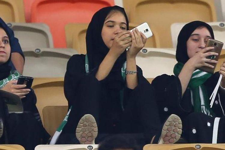 Perempuan di Arab Saudi menyaksikan pertandingan sepak bola untuk pertama kalinya di Stadion King Abdullah Sports City di Jeddah, Jumat (12/1/2018). (CNN)