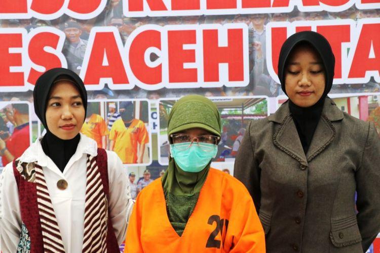 Polisi memperlihatkan tersangka seorang guru ngaji, dalam kasus pencabulan di Mapolres  Aceh Utara, Senin (29/1/2019)