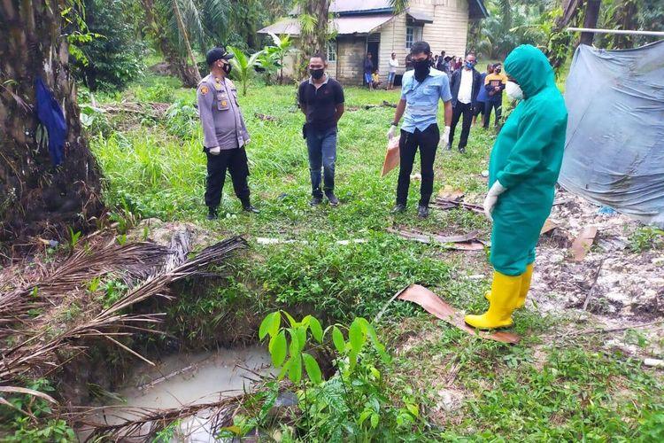 Polres Siak bersama Polsek Tualang melakukan olah TKP pada temuan mayat Alhadar (29) di dalam sumur itu Kampung Pinang Sebatang, Kecamatan Tualang, Kabupaten Siak, Riau, Selasa (22/9/2020).