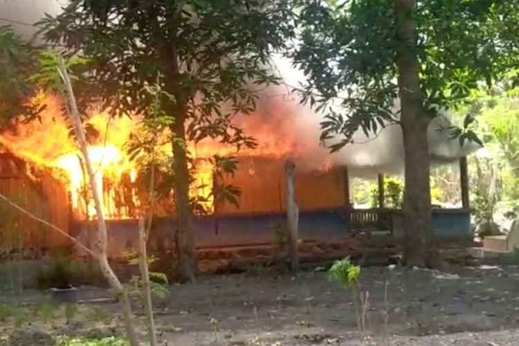 Rumah warga Desa Tuapukan, Kecamatan Kupang Timur, Kabupaten Kupang, Nusa Tenggara Timur (NTT), yang dibakar massa