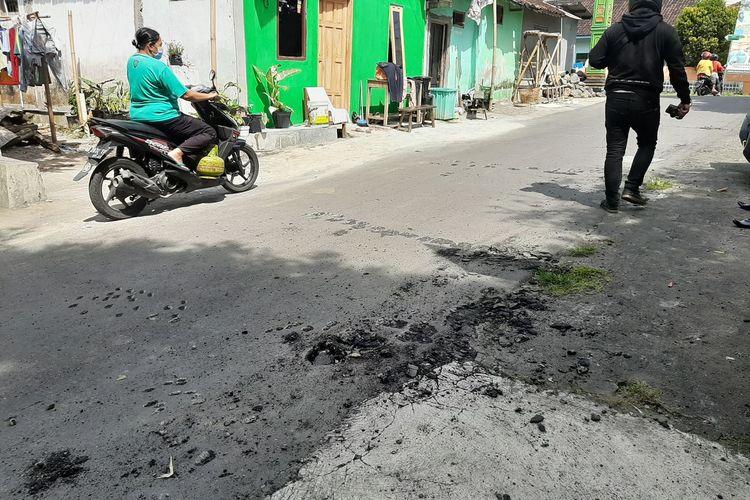 Aspal jalan desa di Dusun Krapyak IX, Margoagung, Seyegan, Sleman yang diduga dirusak oleh oknum pendukung salah satu calon pilihan lurah Margoagung, Seyegan, Sleman yang belum berhasil.