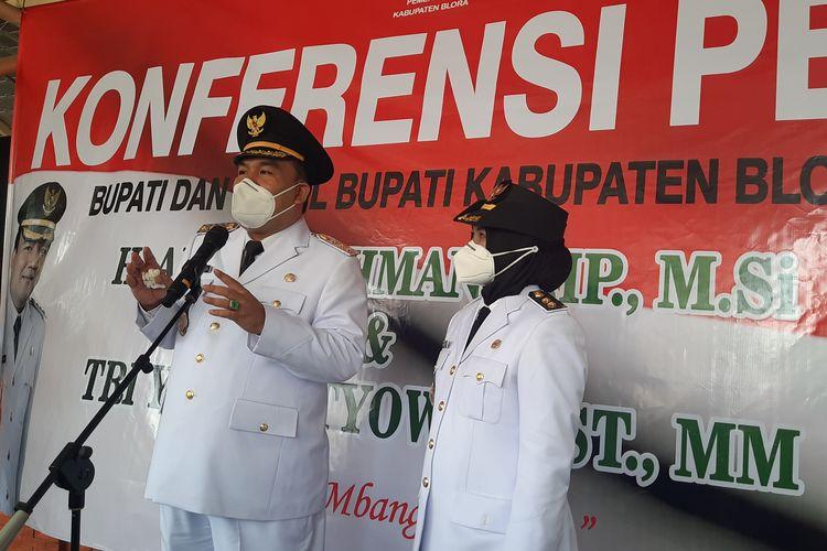 Arief Rohman dan Tri Yuli Setyowati memberikan konferensi pers usai dilantik sebagai Bupati dan Wakil Bupati Blora di Gedung DPRD Blora, Jumat (26/2/2021)
