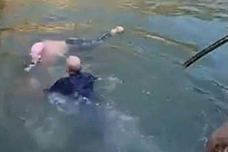 Diplomat Inggris untuk Chongqing, China, Stephen Ellison dengan sigap menolong seorang turis wanita yang hampir tenggelam pada akhir pekan lalu. Aksinya kemudian viral di media sosial di mana dia dipuji karena menunjukkan kepahlawanan.