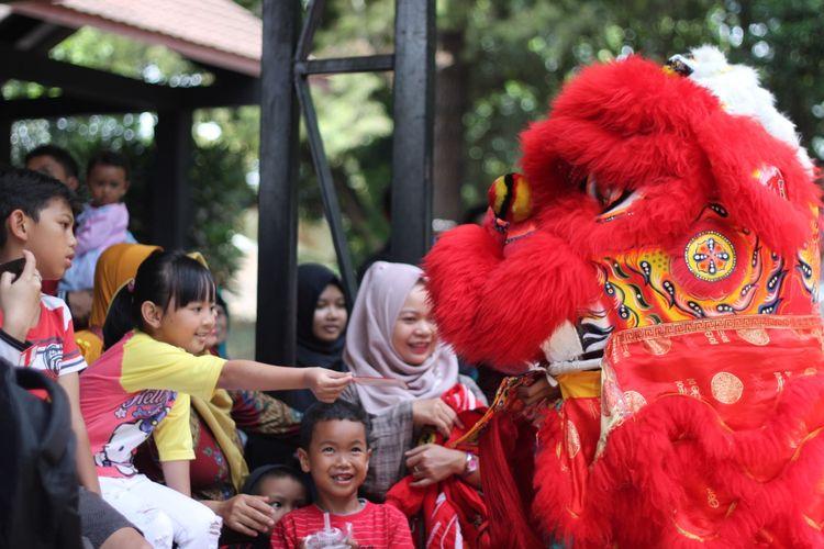 Bandung Zoological Garden atau Bandung Zoo menampilkan barongsai untuk menghibur pengunjung pada perayaan imlek.