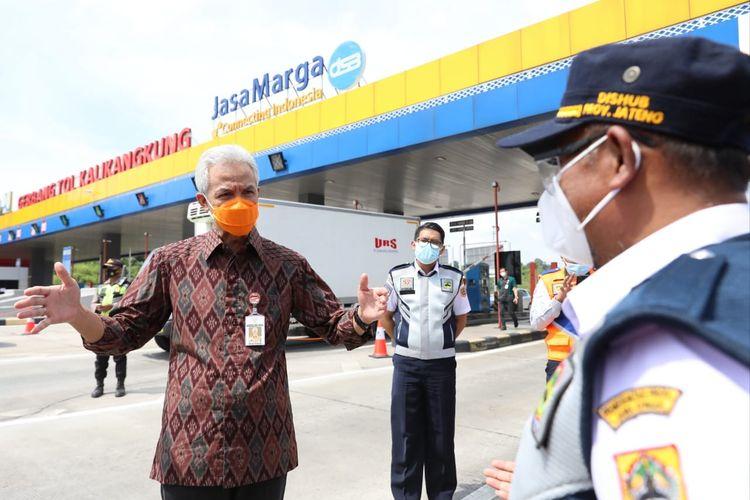 Gubernur Jawa Tengah Ganjar Pranowo meninjau lokasi posko penyekatan di gerbang tol Kalikangkung, Semarang, Selasa (4/5/2021)