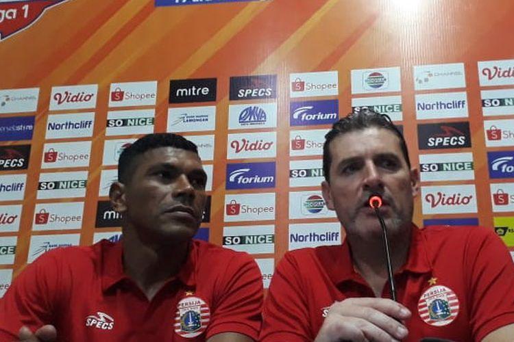 Pelatih anyar Persija Jakarta, Julio Banuelos (kanan), selepas laga kontra Persela Lamongan.
