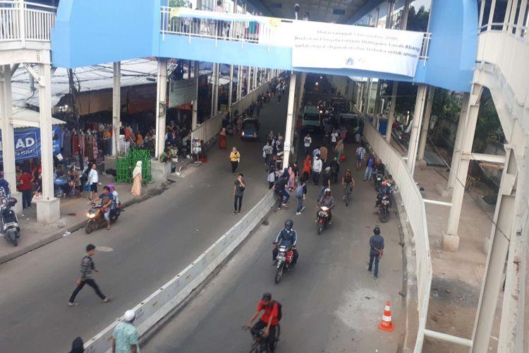 Kondisi Jalan Jatibaru Raya, Tanah Abang, Jakarta Pusat tampak bersih dari pedagang kaki lima (PKL) sejak dibukanya Jembatan Penyebrangan Multiguna (JPM) atau skybridge untuk pejalan kaki dan pedagang. Foto diambil Selasa (11/12/2018)