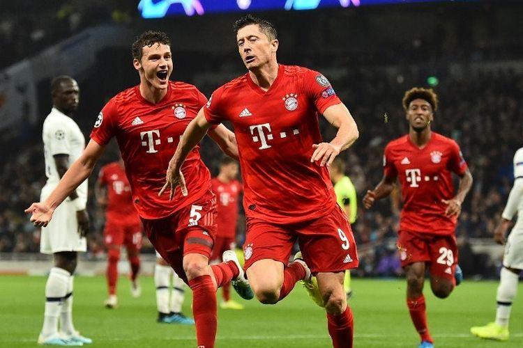 Benjamin Pavard merayakan gol Robert Lewandowski pada pertandingan Tottenham vs Bayern Muenchen dalam lanjutan Liga Champions di Stadion Tottenham Hotspur, 1 Oktober 2019.