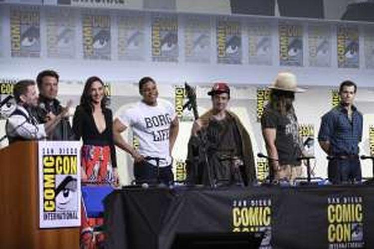 Dari kiri: Sutradara Zack Syner bersama para bintang film Justice League, yakni Ben Affleck, Gal Gadot, Ray Fisher, Ezra Miller, Jason Momoa, dan Henry Cavill, menghadiri Comic-Con International di San Diego, Sabtu (23/7/2016).