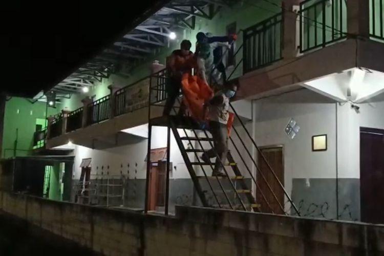 Tim mengevakuasi jasad Ica Puspita Dwi Anggraini (19), warga Desa Klumutan, Kecamatan Saradan, Kabupaten Madiun yang ditemukan tewas didalam kamar kosnya di Kelurahan Bangunsari, Kecamatan Mejayan, Kabupaten Madiun, Jawa Timur, Senin (13/7/2021) malam.