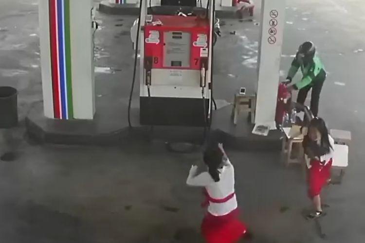Potongan video perampokan dengan menggunakan pistol di SPBU, Jalan Pelabuhan Benoa, Denpasar.