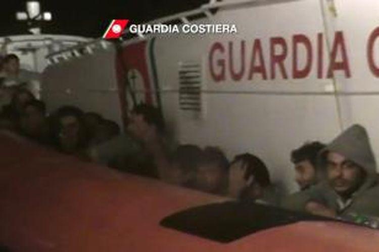 Sejumlah imigran ilegal asal Afrika yang berhasil diselamatkan pasukan penjaga pantai Italia setelah perahu yang mereka gunakan tenggelam di dekat Pulau Lampedusa, Kamis (3/10/2013).