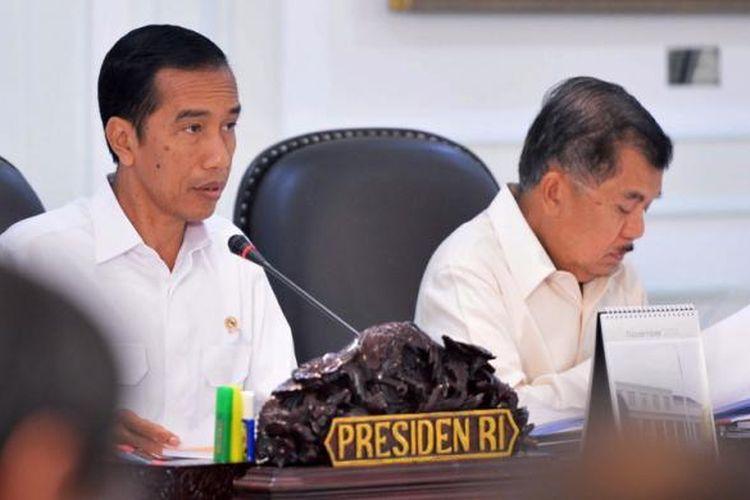 Presiden Joko Widodo dan Wakil Presiden Jusuf Kalla memimpin rapat Kabinet di Istana Presiden di Jakarta, Senin (17/11/2014). Presiden mengatakan akan memotong subsidi BBM yang telah memakan 20 persen APBN, danmengalihkan uang subsidi untuk memperbaiki infrastruktur dan program-program membantu rakyat miskin. AFP PHOTO / PRESIDEN PALACE / Laily