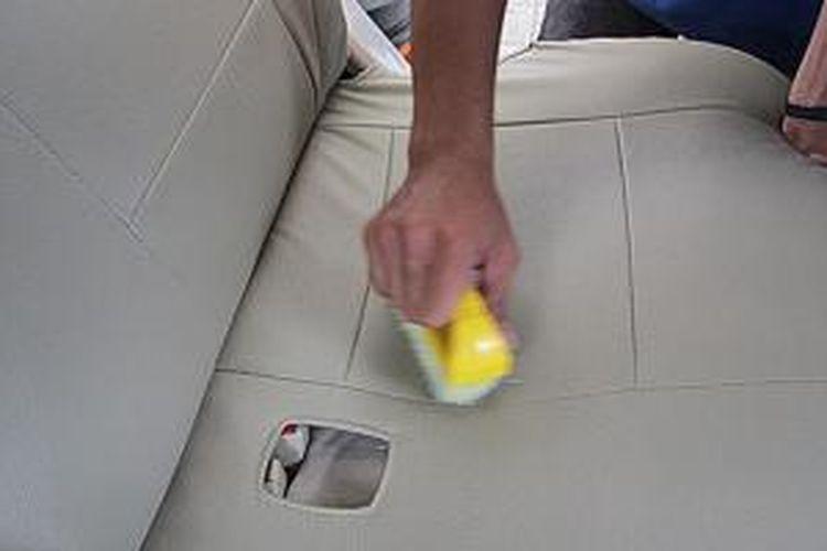 Membersihkan kulit sintetis jauh lebih praktis.