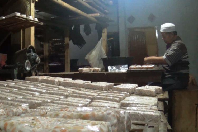 Perajin tahu tempe di Kabupaten Cianjur, Jawa Barat, mengeluhkan kenaikan harga kacang kedelai impor di pasaran saat ini. Mereka pun terpaksa memperkecil ukuran produksi agar tidak merugi.