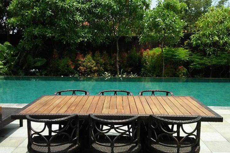 Kolam renang dan teras pribadi pada tipe vila dua kamar tidur di Hilton Bali Resort, Nusa Dua, Bali.