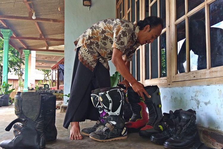 Supriyadi, pengrajin sepatu dan tas kulit dari Magetan ini menjadikn provesi renovasi sepatu boot crosser sebagai usaha sampingan selain membut sandal dan sepatu kulit asli khas Magetan.