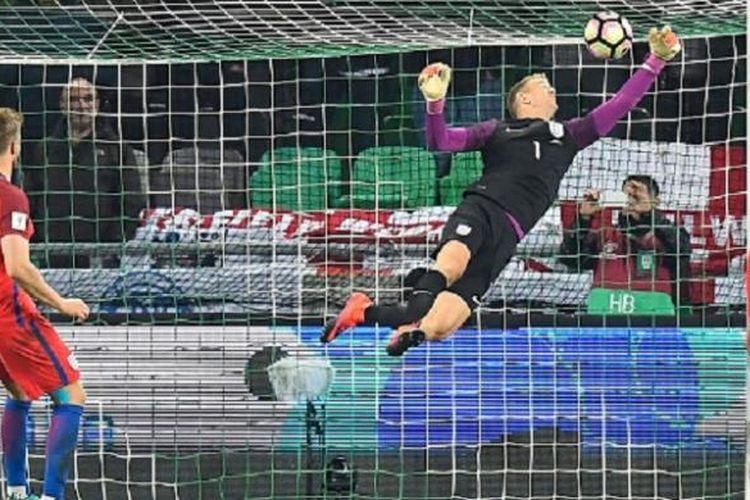 Aksi kiper Inggris, Joe Hart, saat menyelamatkan gawangnya dari serangan pemain Slovenia pada pertadingan kualifikasi Piala Dunia 2018, Selasa (11/10/2016).