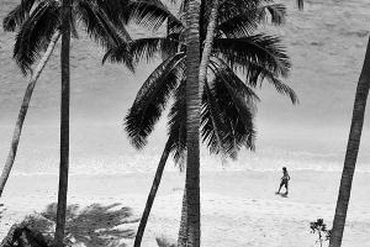 Pantai Sumur Tiga, Sabang, Aceh, Minggu (17/8/2014). Angin berembus sepoi-sepoi, nyiur pun melambai dan ombak berkejaran. Di kejauhan terhampar luas lautan biru nan jernih. Karang di dasar lautan memancarkan warna eksotis ketika terpapar cahaya dari sang surya.