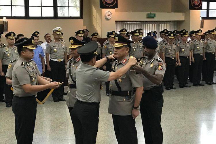 Kapolri Jenderal Polisi Tito Karnavian memimpin upacara serah terima jabatan (sertijab) Kapolda Sumatera Selatan Irjen Firli di ruang Rupatama Markas Besar Kepolisian RI (Mabes Polri), Jakarta Selatan, Selasa (25/6/2019).