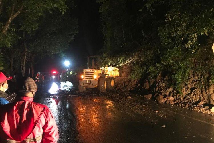 Kondisi longsor di Kawasan Payung, Kota Batu, Jawa Timur yang menutup akses jalan utama menuju Kediri, Sabtu (27/2/2021).