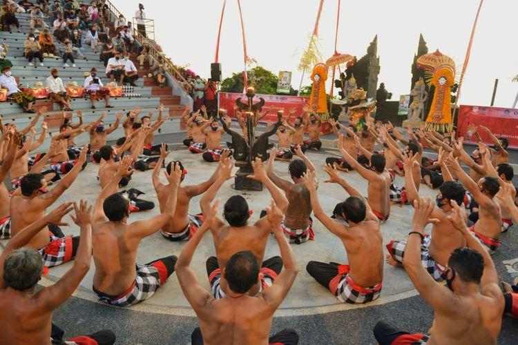 Tari kecak di Uluwatu Bali.