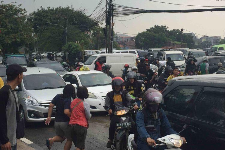 Kepadatan lalu lintas terjadi di ruas Jalan Cideng Timur, Jakarta Pusat, Kamis (19/4/2018). Kepadatan kendaraan berasal dari pintu keluar lokasi yang kini dijadikan lapak berjualan eks pedagang Pasar Tasik.