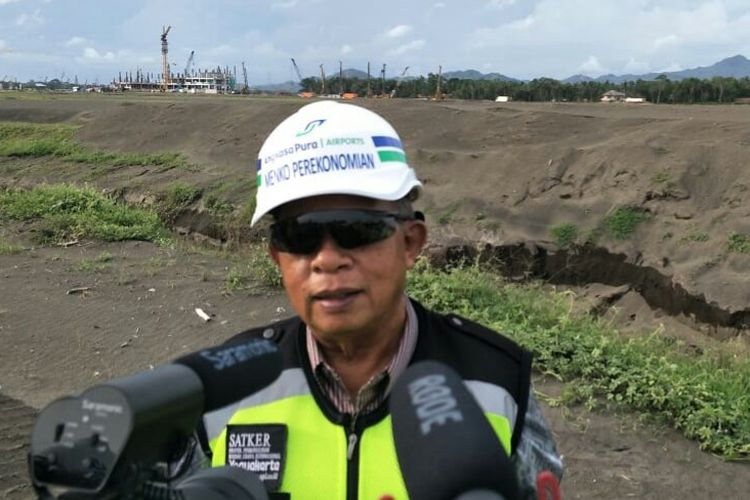 Menteri Koordinator Perekonomian Darmin Nasution saat meninjau pembangunan New Yogyakarta Internasional Airport, Sabtu (19/1/2019)