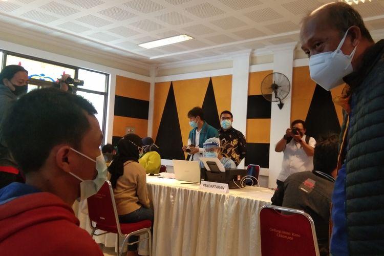 Ketua DPW Partai Nasdem Jawa Barat yang juga Wakil Ketua Komisi II DPR RI Saan Mustopa tengah memantau pelaksanaan vaksinasi di Istana Kana, Cikampek, Karawang, Minggu (25/7/2021). Partai Nasdem turut mendukung program percepatan vaksinasi yang digulirkan pemerintah.