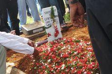 Isak Tangis Istri Iringi Pemakaman Pria yang Jatuh di GBK