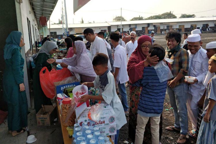 Warga Kampung Akuarium bersilaturahim usai shalat id, Jumat (15/6/2018).