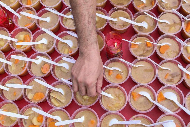 Umat Kelenteng Kim Tek Ie dan Muslim Tionghoa Indonesia membagikan hidangan takjil dan makanan untuk buka puasa di halaman Kelenteng Kim Tek Ie, Petak Sembilan, Glodok, Jakarta Barat, Minggu (12/5/2019).